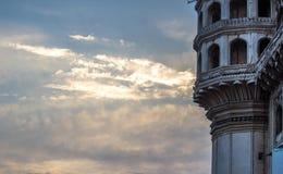 Vista da torre icónica com as pétalas no por do sol, Charminar dos lótus, Hyderabad Foto de Stock