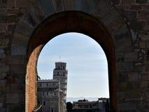 Vista da torre inclinada de Pisa através do arco foto de stock