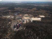 Vista da un aeroplano d'atterraggio fuori la finestra della città, Mosca fotografia stock