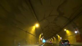 Vista da un'automobile condotta tramite il tunnel archivi video