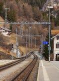 Vista da un binario della stazione ferroviaria di Filisur in Switzerla Fotografia Stock
