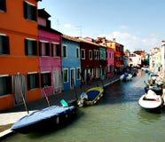 Vista da un canale in Burano Immagine Stock