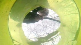 Vista da un fondo di un secchio di plastica in cui l'uomo archivi video