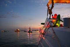 Vista da un fuoribordo decorato in una parata della barca di Florida immagini stock