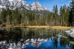 Vista da un lago bavarese a Berchtesgaden alle montagne dell'alpe Fotografie Stock