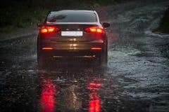 Vista da un parabrezza pioggia-infradiciato su un'automobile nella parte anteriore Immagini Stock Libere da Diritti
