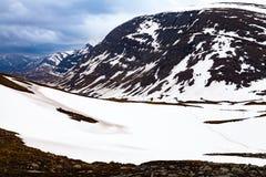 Vista da un passaggio della montagna, turisti, neve Fotografia Stock