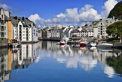 Vista da un ponticello, vecchia città di Alesund, Norvegia immagini stock