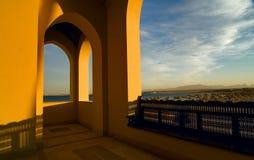 Vista da un terrazzo su una spiaggia Fotografie Stock Libere da Diritti