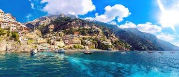 Vista da un yatch di navigazione della spiaggia di Positano in Italia fotografie stock libere da diritti