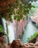 Vista da una cascata maestosa fotografia stock