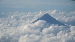 Vista da una finestra dell'aeroplano sulle montagne video d archivio