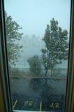 Vista da una finestra durante la tempesta della neve Immagini Stock Libere da Diritti