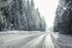 Vista da una guida dell'automobile tramite la strada innevata di inverno Fotografia Stock Libera da Diritti