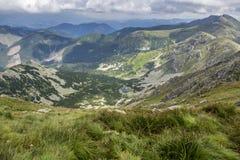 Vista da una montagna ad una valle Fotografia Stock