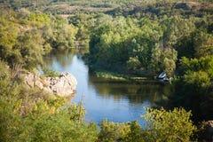 Vista da una scogliera su un fiume della montagna Immagine Stock