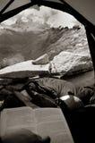 Vista da una tenda in montagne Immagini Stock