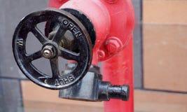Vista da válvula do equipamento da proteção contra incêndios em uma indústria imagem de stock