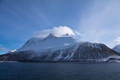 Vista da viagem do barco no fiorde nevado bonito com uma nuvem sobre no mar norueguês no céu azul, Noruega Imagens de Stock