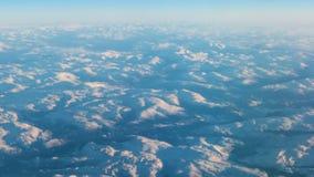 Vista da vigia aos picos de montanha vídeos de arquivo