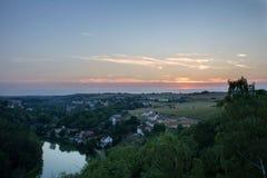 Vista da vigia de Ales à vila pequena Unetice no por do sol, checo fotos de stock royalty free