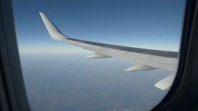 Vista da vigia na asa de um voo do avião no céu vídeos de arquivo