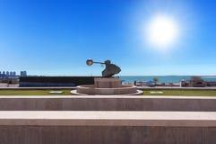 Vista da vila cultural de Katara em Doha No primeiro plano uma escultura da força da natureza fotos de stock royalty free