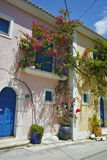 A vista da vila de Assos e o mar bonito latem, Kefalonia, ilhas Ionian Imagem de Stock Royalty Free