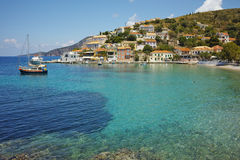 A vista da vila de Assos e o mar bonito latem, Kefalonia, ilhas Ionian Fotos de Stock