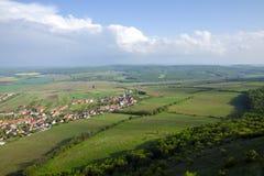 Vista da vila de Pavlov e os vinhedos e os campos na área de Palava - Moravia sul sob um céu azul fotos de stock royalty free