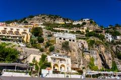 Vista da vila de Positano em um dia ensolarado ao longo da costa de Amalfi foto de stock royalty free