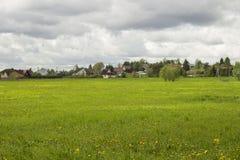 Vista da vila do russo Prado verde Imagem de Stock Royalty Free