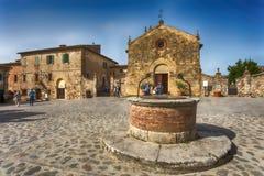 Vista da vila medieval pequena com as paredes de pedra de Monteriggioni na província de Siena, Toscânia, Itália fotos de stock