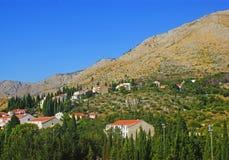 Vista da vila mediterrânea nos montes em Grécia fotos de stock royalty free