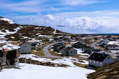 Vista da vila norueguesa pequena no litoral fotografia de stock royalty free