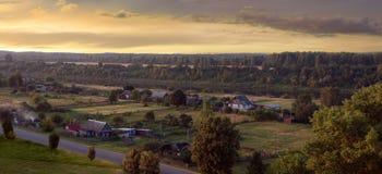 Vista da vila pelo rio. imagens de stock royalty free