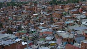 Vista da vizinhança 'em Comuna 13' Medellin com centro da cidade no fundo, inclinação-acima filme