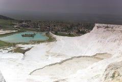 Vista dai terrazzi del travertino in vista di Pamukkale Fotografia Stock