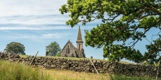 Vista dal bacino idrico di Fewston verso la st Andrews Church, Blubberhouses, North Yorkshire fotografie stock libere da diritti