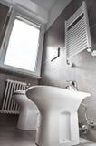 Vista dal basso bianca di toilette Immagini Stock
