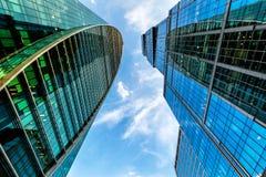Vista dal basso con la prospettiva dei grattacieli della Mosca-città Fotografia Stock