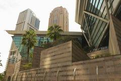 Vista dal basso dei grattacieli dell'ufficio di affari e dell'annuncio pubblicitario con le palme nella parte anteriore nel Dubai immagine stock