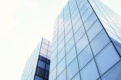 Vista dal basso dei grattacieli Luce di tramonto, cielo blu, modello orizzontale 3d rendono Fotografia Stock Libera da Diritti