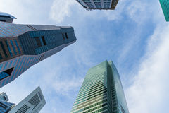 Vista dal basso dei grattacieli moderni nel distretto aziendale contro la s Immagine Stock
