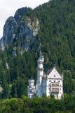 Vista dal basso del castello del Neuschwanstein Immagine Stock