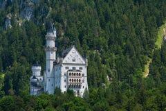 Vista dal basso del castello del Neuschwanstein Immagini Stock Libere da Diritti
