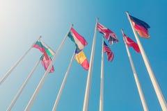 Vista dal basso dell'bandiere dei paesi differenti Immagini Stock