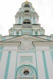 Vista dal basso dell'entrata principale sulla parte superiore del campanile della trinità-Sergius Lavra Fotografie Stock