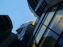 Vista dal basso della costruzione moderna di affari al sera tardi Fotografie Stock