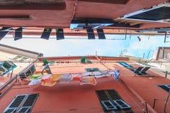 Vista dal basso delle costruzioni nel vicolo di Vernazza, Cinque Fotografie Stock Libere da Diritti